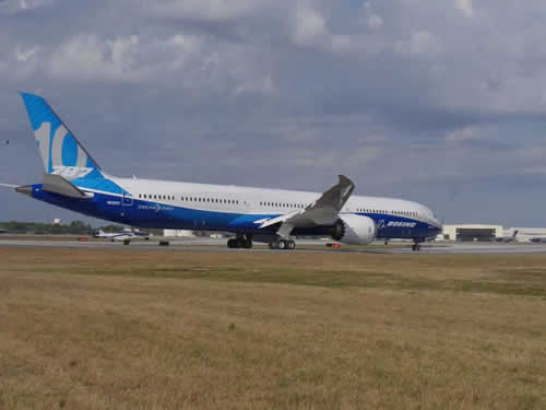 Boeing 787-10 Dreamliner ... side view